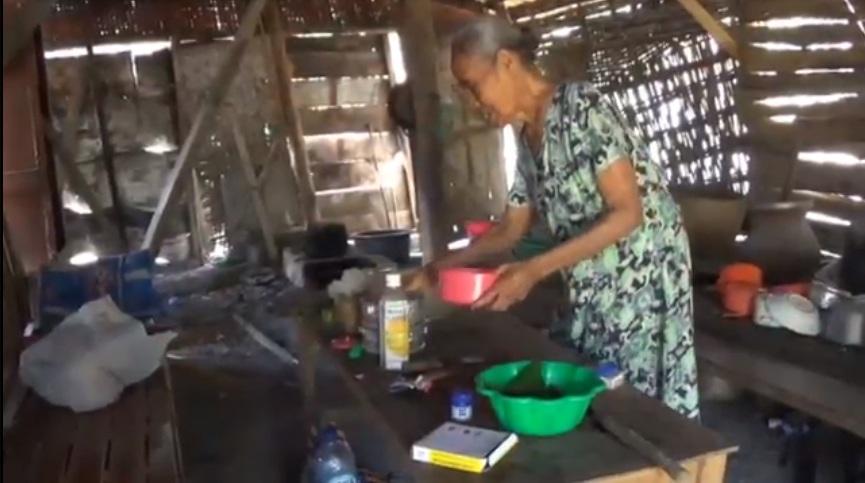 Sebatang Kara Tinggal di Gubuk Reyot