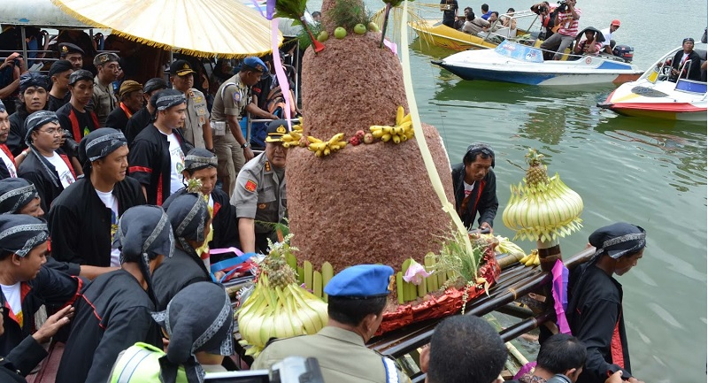 Mengenal Ritual Syukur Larung Sesaji di Telaga Ngebel