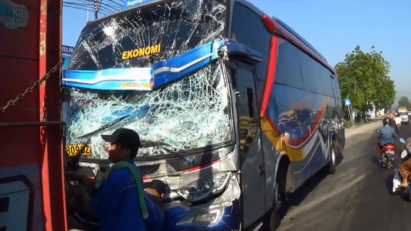 2 Bus dan 1 Truk Kecelakaan Beruntun