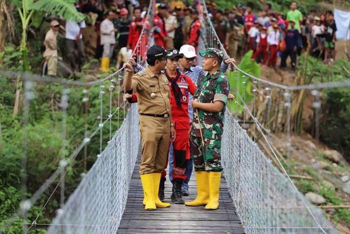Mengabdi Lewat Ekspedisi 1.000 Jembatan Gantung (3-Habis)