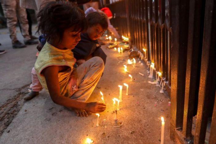 Sejumlah Anak di India Menyalakan Lilin Saat Natal