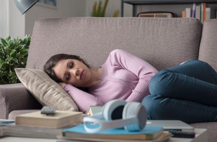 Risiko Sering Tidur di Sofa